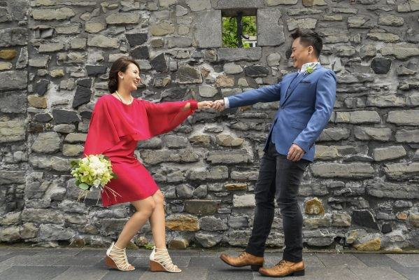 michelle evan couple engagement session casual style stylish love montreal alain simon fleurs asian prewedding photoshoot suit blue red dress matching pearl outfit notre dame basillica old port